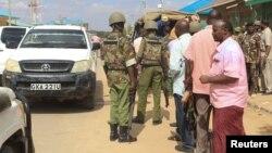 Oficiales de seguridad junto al auto donde secuestraron a los médicos cubanos en Mandera, Kenia.