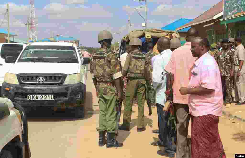Oficiales de seguridad junto al auto donde secuestraron a los médicos cubanos en Mandera Kenia.