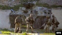 Tropas rusas ingresan a la fuerza a una base aérea ucraniana en Crimea.
