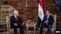 (i-e) Mike Pence y Abdel Fattah al-Sisi.