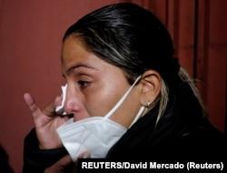 Carolina Ribera, hija de la ex presidenta interina de Bolivia Jeanine Ánez, reacciona mientras espera en la entrada del Centro de Orientación de la Mujer para acompañar a Anez al hospital de La Paz, Bolivia, el 18 de marzo de 2021.