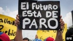 Estudiantes opositores al Gobierno y profesores universitarios protestan en Caracas (Venezuela).