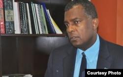 El canciller de Bahamas, Fred Mitchell