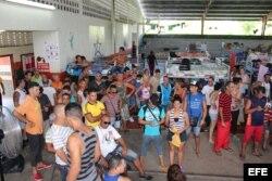 Cubanos varados en la frontera de Panamá con Costa Rica.
