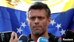 Leopoldo López habla a la prensa desde la residencia del embajador de España en Caracas, mayo 2 de 2019 (Carlos García Rawlins / Reuters).