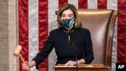 Nancy Pelosi durante la votación para el juicio político a Donald Trump