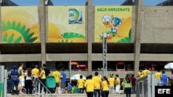 Un grupo de hinchas de Brasil llegan al estadio de Mineirao, donde hoy, miércoles 26 de junio, se disputa el partido entre Brasil y Uruguay, por la semifinal de la Copa de las Confederaciones.