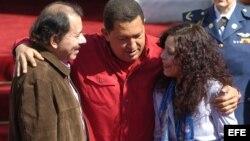 Según la oposición, el presidente Daniel Ortega y su esposa se han enriquecido con los petrodólares de Hugo Chávez.