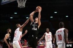 El jugador Marcos Delia (c) de Argentina lanza sobre Yoan Haití (i) de Cuba.