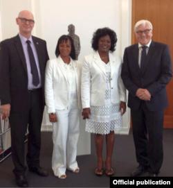 De izquierda a derecha, Martin Lessenthin, Yaquelin Boni, Berta Soler y el ministro alemán Frank-Walter Steinmeier.