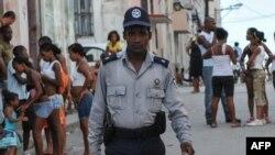 El agente de la policía Marcos López en una calle de La Habana.