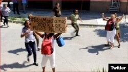 Damas de Blanco se manifiestan en una calle de La Habana para exigir la liberación de los presos políticos.