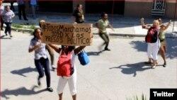 Damas de Blanco se manifiestan en una calle de La Habana para exigir la liberación de los presos políticos (Archivo).