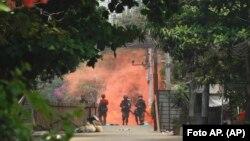 Soldados avanzan hacia manifestantes en favor de la democracia durante una protesta en Rangún (Birmania), el 30 de marzo. Foto: AP
