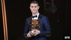 El futbolista del Real Madrid Cristiano Ronaldo posa con el Balón de Oro durante la ceremonia de entrega del trofeo en París (Francia) hoy, 07 de diciembre de 2017.