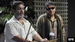 """Luis Alberto Albán, alias Marco León Calarcá (i), miembro de la mesa de diálogo de las FARC, junto al comandante Seuxis Paucias Hernández Solarte, alias """"Jesús Santrich"""" (d), responde preguntas a periodistas en La Habana."""