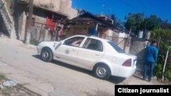 Un auto patrullero frente a la vivienda del periodista independiente Vladimir Turró Páez en La Lisa, La Habana, abril 24 de 2019. (Cortesía de Juan C. Linares).