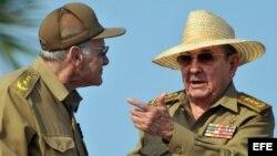 Raúl Castro y el ministro del Interior Abelardo Colomé (d-i). Archivo.