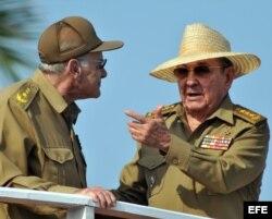Raúl Castro (d) conversa con el ministro del Interior, Abelardo Colomé (i). Foto Archivo.
