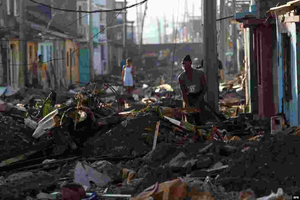 Un hombre limpia de escombros al frente de su vivienda hoy, viernes 7 de octubre de 2016, tras el paso hace tres días del huracán Matthew en Baracoa (Cuba).EFE/Alejandro Ernesto