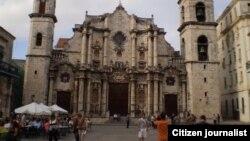 Turistas en Catedral de La Habana / foto / cristianosxcuba