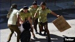 """La líder de las Damas de Blanco, Berta Soler, es arrestada a la salida de la sede del grupo opositor en La Habana. """"En Cuba hay violencia de género, y violencia política contra la mujer en el ámbito público"""", dijo el martes una activista al Parlamento Europeo."""