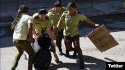 La líder de las Damas de Blanco, Berta Soler, es arrestada a la salida de la sede del grupo opositor en Lawton, La Habana.