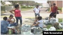 Un grupo de migrantes cubanos sin familias en EEUU acampaban frente a las oficinas del Servicio Mundial de Iglesias, en Miami. (Captura de video, AméricaTevé).