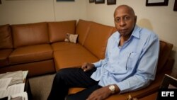 """El disidente cubano Guillermo Fariñas posa para una fotografía hoy, viernes 26 de julio de 2013, antes de ofrecer una charla a estudiantes en la Universidad de Miami (EE.UU.). Fariñas afirmó que Cuba vive """"una mal llamada revolución donde los jóvenes lo q"""