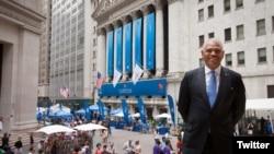El CEO Arnold Donald en una imagen de una celebración corporativa de Carnival.