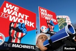Trabajadores del gobierno de EEUU protestan por el cierre del gobierno federal afuera de la Casa Blanca.