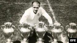 Fotografía de archivo tomada el 25/05/1960 junto a cinco trofeos de la Copa de Europa