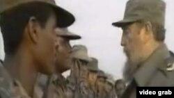 Fidel Castro habla con soldados cubanos.