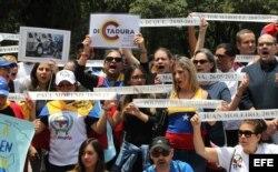 Cientos de venezolanos se manifestaron hoy en la Ciudad de México en contra de la elección de la Asamblea Nacional Constituyente.