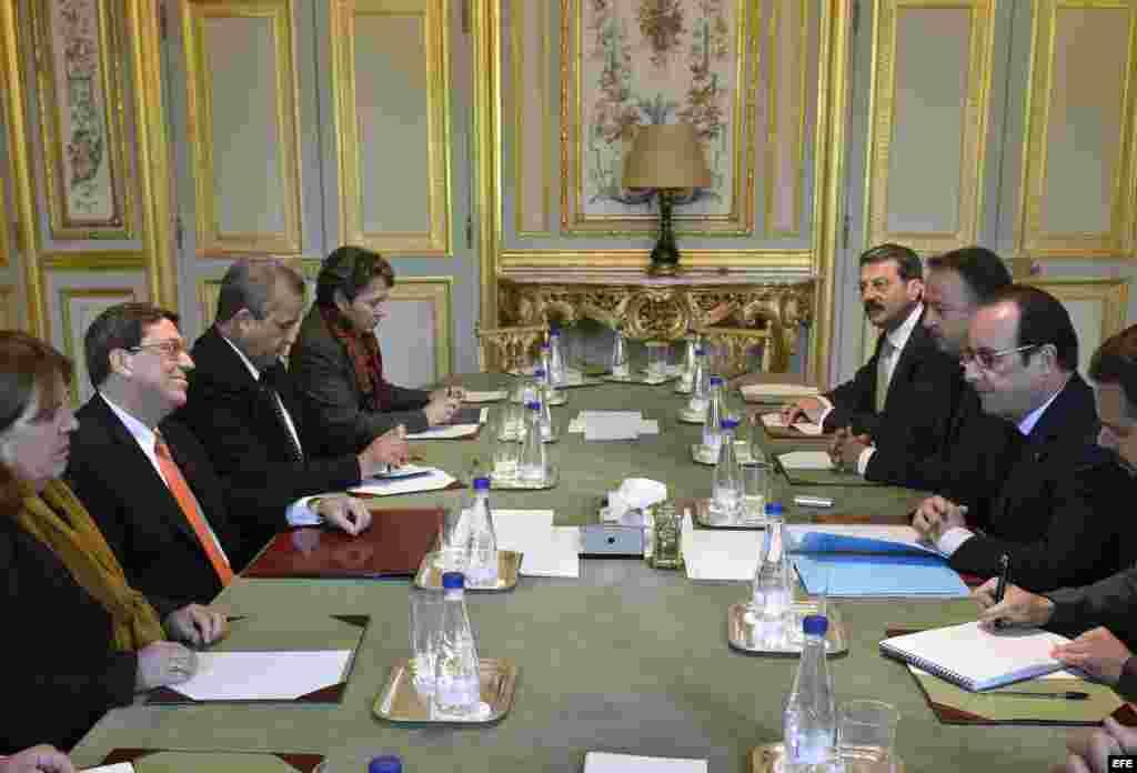 El presidente galo, François Hollande (dcha), mantiene una reunión con el ministro de Exteriores buano, Bruno Rodríguez (izq), en el Palacio del Elíseo en París (Francia) hoy, martes 21 de abril de 2015.