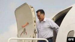 El candidato republicano a la presidencia de Estados Unidos, Mitt Romney, desciende del avión a su llegada a Tampa para la Convención de su partido.