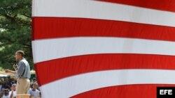 El presidente estadounidense, Barack Obama (i), pronuncia un discurso durante un evento de campaña en Ohio.