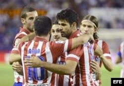 El delantero brasileño del Atlético de Madrid, Diego Costa (2d), celebra su gol, segundo del equipo, contra el Real Valladolid.