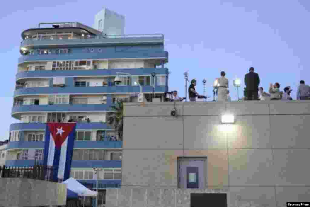 Los periodistas ubican sus dispositivos en las azoteas habaneras para hacer la cobertura de prensa de la ceremonia de izado de la bandera y acto oficial de reapertura de la Embajada de Estados Unidos en La Habana. Los medios locales en Miami y la prensa independiente no lograron ser acreditados para cubrir la ceremonia.
