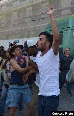 El joven activista gay Yasmani Pérez Llorente se pronuncia durante la marcha.