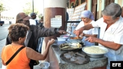 Una pareja de vendedores de frituras atiende a sus clientes /Habana