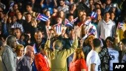 Raúl Castro saluda a jóvenes que participaban en la Marcha de las Antorchas el pasado 27 de enero de 2018.