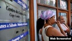 Cubanos esperan a usar una sala de navegación de Internet