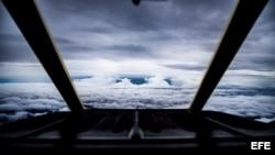 Un avión de combate US HC-C130J mientras se acerca al borde del huracán Florence.