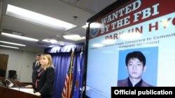 La Primera Fiscal Auxiliar de los Estados Unidos, Tracy Wilkison, anuncia cargos contra el norcoreano Park Jin Hyok, participante en una serie de dañinos ataques cibernéticos.