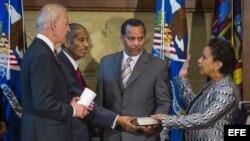 Loretta Lynch, la primera Fiscal General afroamericana de EEUU, jura públicamente su cargo en presencia del vicepresidente Joe Biden (i).