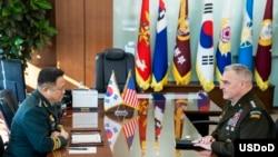 General Mark A. Milley, jefe del Estado Mayor con su contraparte surcoreana, general Hanki Park