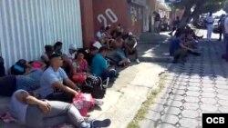 Cubanos apostados frente a la sede de la Comisión Nacional de Derechos Humanos en Tapachula.