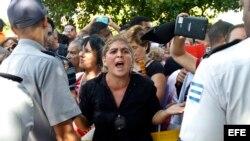 Cubanos protestan frente a embajada de Ecuador en La Habana