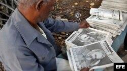 Un hombre observa la portada del periódico con la fotografía de Fidel Castro, el domingo 27 de noviembre de 2016.